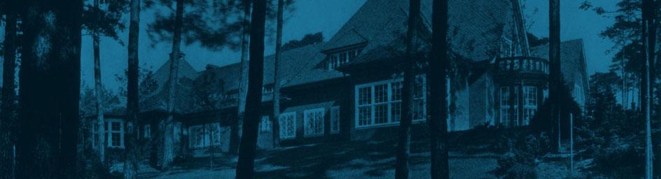 Der Mittelhof. Blick von der Rehwiese durch die Kiefern auf die Veranda und den Wirtschaftsflügel, 1919